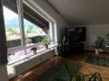 Wohnbereich mit Blick auf Balkon und Ausblick